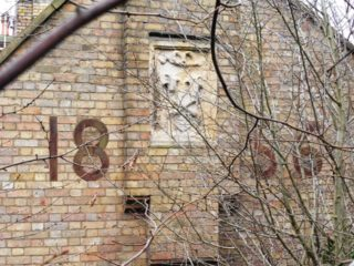 Hickson's arms and the date on the end of the South Mimms almshouse. 2018 | Colin Wilson
