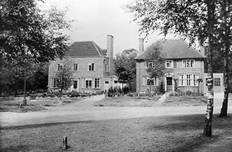 Photograph showing houses in Mandeville Rise in 1937   Houses in Mandeville Rise, 1937 (HALS ref Local Studies Library collection)