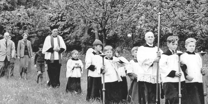 B&W photo of Revd. Cecil Russell and about 10 members of the choir walking through a field. | Lorna Bardwell collection