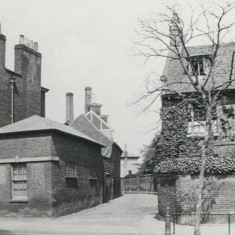 Former alley showing the Fore Street end of the footpath which led to Back Street, now Railway Street, between Young's Brewery (left) and Christ's Hospital School (right). | Hertfordshire Archives and Local Studies/Mr Elsden