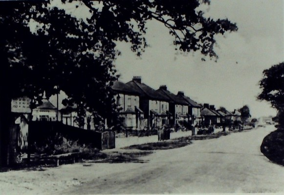 Cuffley Hill, South View, 1936. The estate agents on the left became the Library in 1938. The War Memorial and Co-op can be seen on the right. | Iain Bickerton
