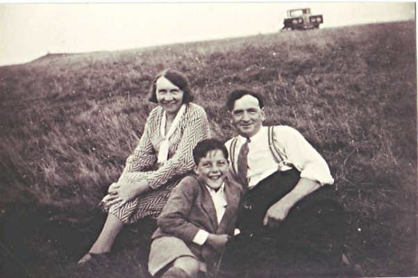 Peter Draper (centre) with Ted & Annie Holt | Geoff Webb