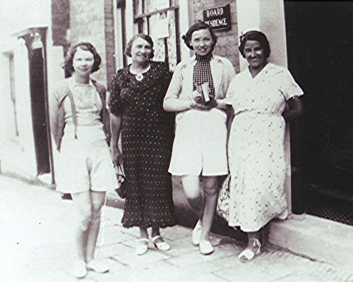 Hilda with her mother and sister, and Violet | Geoff Webb