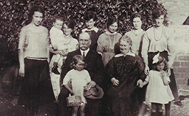 The Mills Family | Geoff Webb