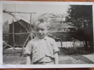 Mark 1954-5? garden of 168 Icknield way. See the Neighbours car that didn't move? | Mark Gifford