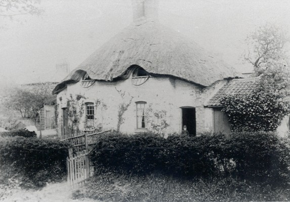Unidentified Thatched Cottage | Hertfordshire Archives & Local Studies