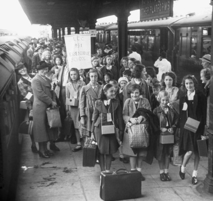 Excited evacuees from Essendine School in London | Stingemore Collection, Hertfordshire Archives & Local Studies